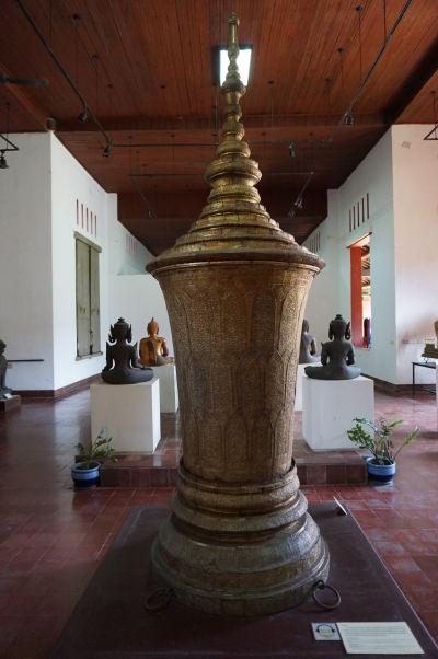 Kráľovská pohrebná urna, ktorá bola použitá pri pohrebe viacerých kambodžských kráľov v 20. storočí - Národné múzeum v Phnom Penhu