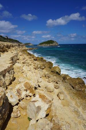 Záliv Halfmoon Bay na Antigue - na konci zálivu sa nachádzajú zaujímavé skalnaté útvary, také miniútesy