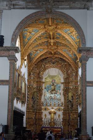 Hlavný oltár Karmelitánskej baziliky Matky Božej