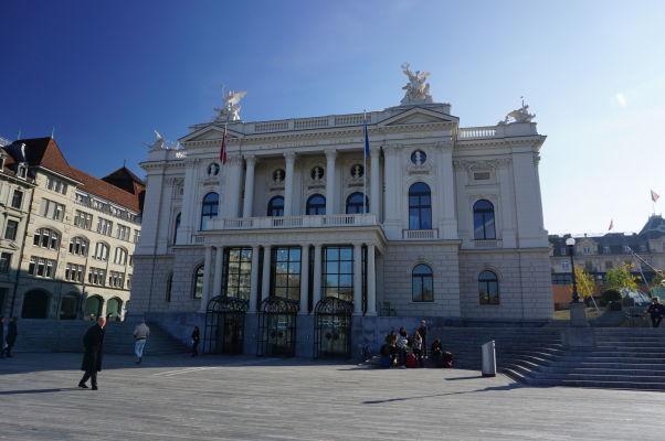 Zürišská opera na námestí Sechseläutenplatz v Zürichu