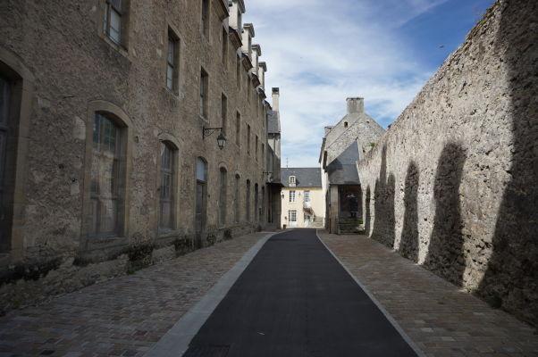 Ulica Allée des Augustines vedúca poza starobylú nemocnicu v Bayeux