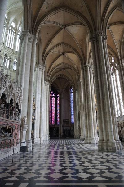Štíhle piliere a gotické lomené oblúky bočnej lode Katedrály Matky Božej v Amiens