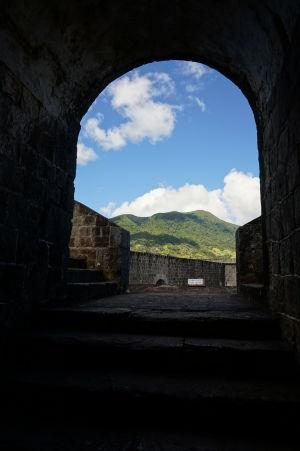 Vstup do citadely Fort George a v pozadí vrchol sopky Liamuiga