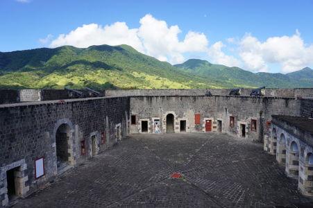 Nádvorie citadely Fort George a sopka Liamuiga
