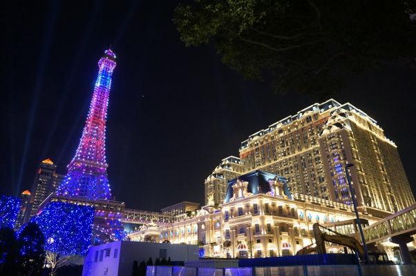 Hotel a kasíno Parisian v Macau - vonku samozrejme nemôže chýbať veľká Eiffelovka, aby každý vedel, že je to tu ako vo Francúzsku