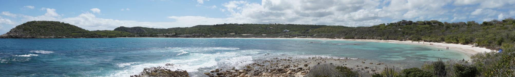 Záliv Halfmoon Bay na Antigue - má tvar polmesiaca, z čoho pramení jeho názov