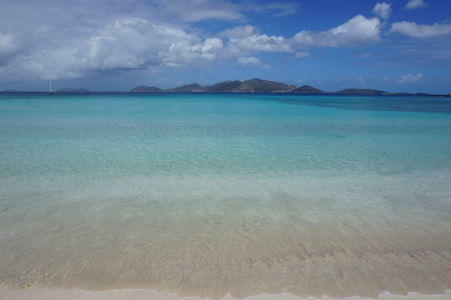 Karibské more v Smuggler's Cove - Výhľad na ostrov Jost van Dyke