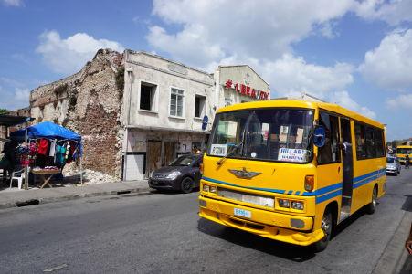 Typický žltý autobus na Barbadose mieriaci do Bridgetownu (viď tabuľa)