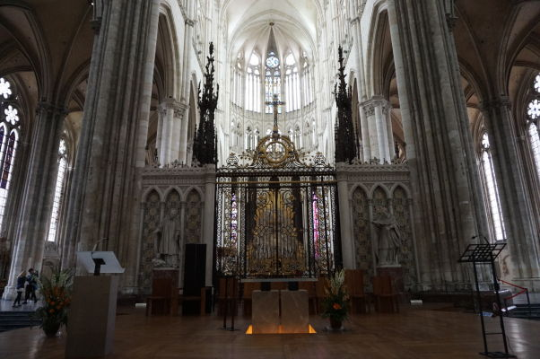 Bohato zdobebný hlavný oltár Katedrály Matky Božej v Amiens