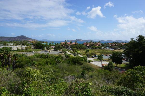 Pláž Sapphire Beach na ostrove Svätý Tomáš obkolesená plážovými rezortmi - pohľad z hlavnej cesty