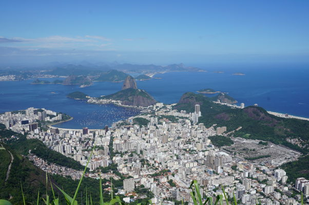 Výhľad spod sochy Krista Vykupiteľa na vrchole Corcovada v Riu de Janeiro - pohľad na Cukrovú homoľu a štvrť Botafogo