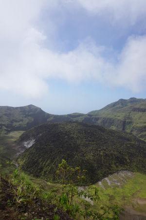 Vnútro krátera sopky La Soufrière na Svätom Vincentovi