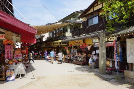Obchodíky so suvenírmi v Icukušime
