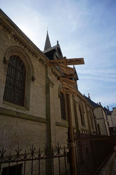Kvázi stredoveká orientačná tabuľa pri katedrále v Bayeux