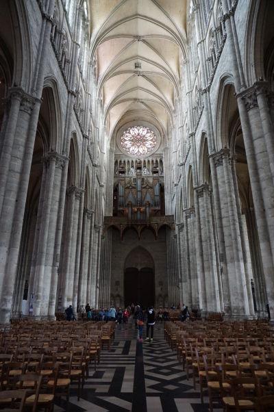 Spätný pohľad na hlavnú loď Katedrály Matky Božej v Amiens