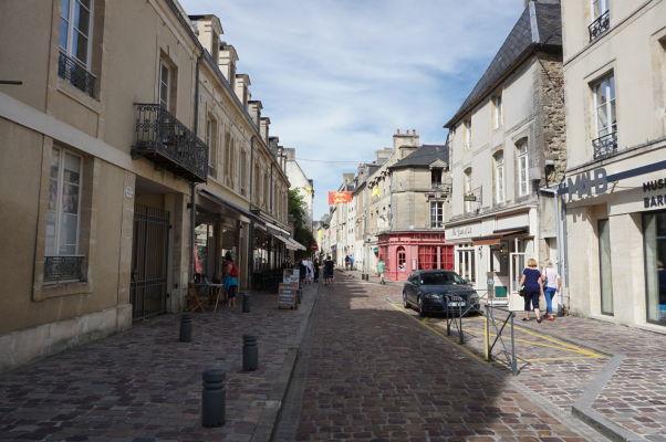 Ulica Rue du Bienvenu v Bayeux, vedúca centrom priamo ku katedrále i múzeu MAHB