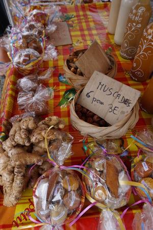 Na miestnych trhoch je možné zohnať napríklad aj korenie (muškát, zázvor, ...)