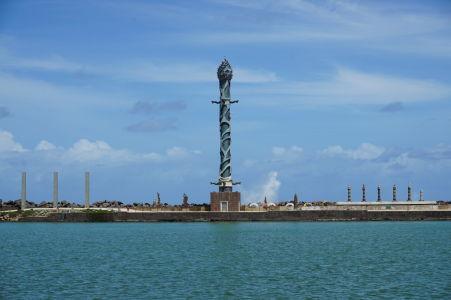 Na dlhom výbežku sa nachádza Park sôch Francisca Brennanda - Tá najvyššia znázorňuje morského hada