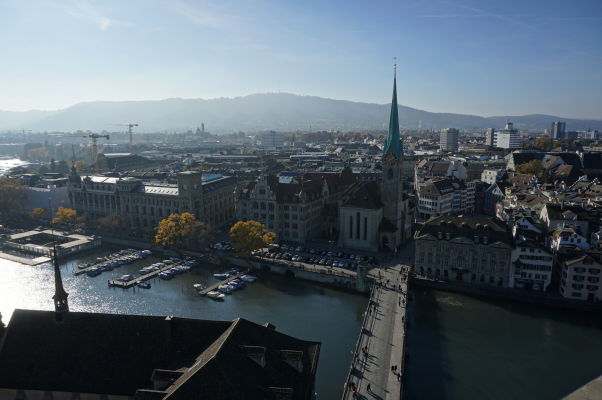 Výhľad na Zürich a Limmat z Grossmünsteru