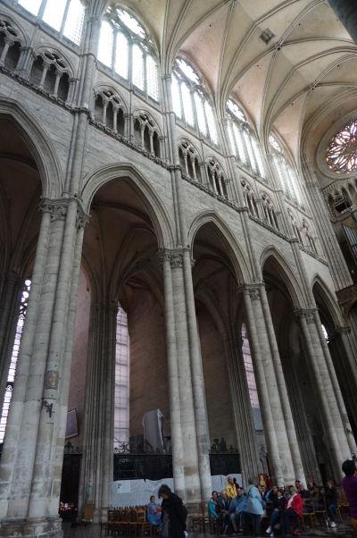 Štíhle piliere a gotické lomené oblúky hlavnej lode Katedrály Matky Božej v Amiens