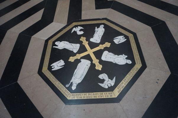 Stred labyrintu v Katedrále Matky Božej v Amiens, symbolizujúci Svätú Zem, Jeruzalem a spásu