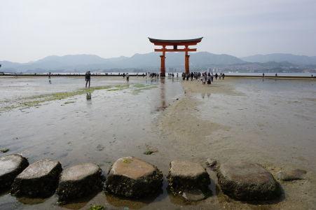 Plávajúca brána torii pri odlive