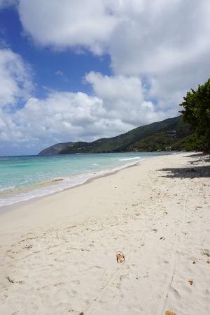 Biely piesok na pláži v zálive Long Bay