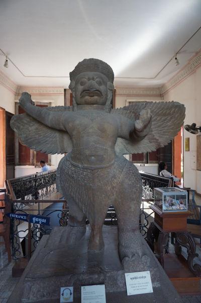 Bájný vták Garuda - okrem toho, že slúži ako dopravný prostriedok boha Višnu, je ochrancom pred hadmi