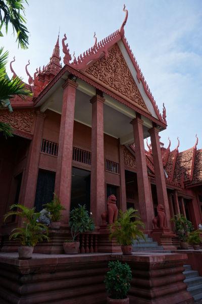 Hlavný vchod do Národného múzea v Phnom Penhu - budova je postavená v tradičnom kmérskom štýle