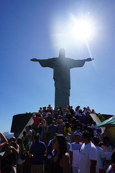 Socha Krista Vykupiteľa na vrchole hory Corcovado v Riu de Janeiro - ako je možné vidieť, budete sa musieť predierať davom turistov