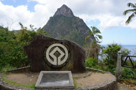 Petit Piton (Malý vrchol), jeden z vrcholov Pitons, symbolov Svätej Lucie a prírodnej pamiatky UNESCO