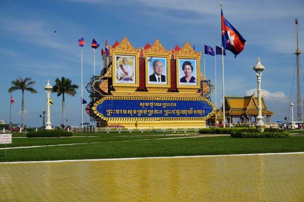Kráľovský pamätník s podobizňami súčasného kráľa Norodoma Sihamoniho (vľavo) a jeho rodičov v Phnom Penhu