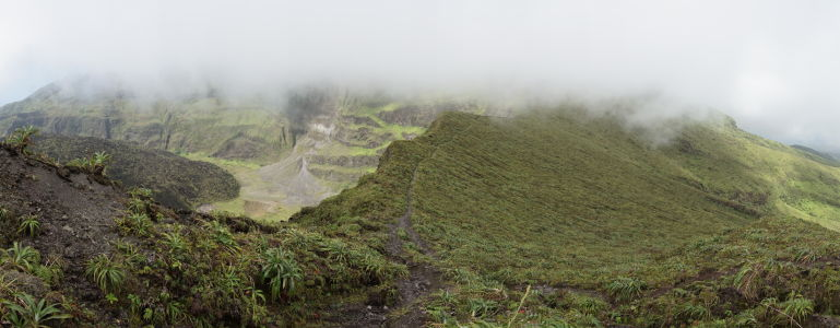 Vnútro krátera sopky La Soufrière na Svätom Vincentovi zahalené v oblakoch