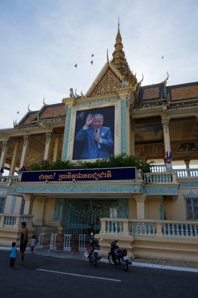 Vstupná brána do Kráľovského paláca v Phnom Penhu - na fotografii je kráľ Norodom Sihanouk, otec a predchodca dnešného kráľa Norodoma Sihamoniho