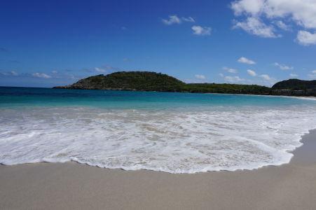 Záliv Halfmoon Bay na Antigue - miestna pláž je ako z pohľadnice