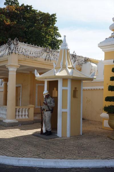 Čestná stráž pred kráľovským palácom v Phnom Penhu neberie svoju prácu tak vážne, ako jej kolegovia z Buckinghamského paláca