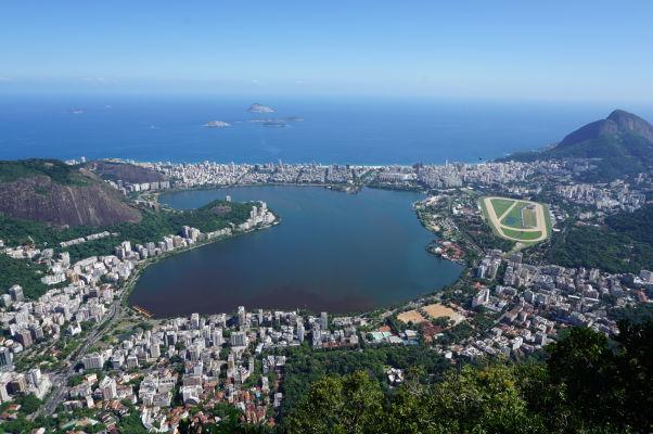 Výhľad spod sochy Krista Vykupiteľa na vrchole Corcovada v Riu de Janeiro - pohľad na pláž Ipanema