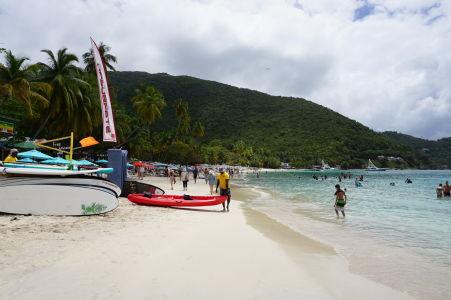 Pláž v Cane Garden Bay - Vodné športy sú k dispozícii