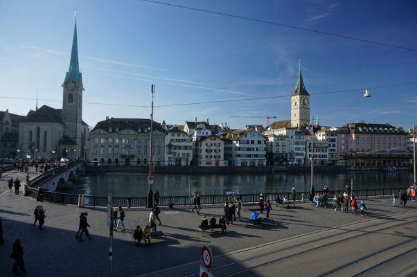 Pohľad na náprotivný breh Limmatu od Grossmünsteru - Protestantskej katedrály v Zürichu