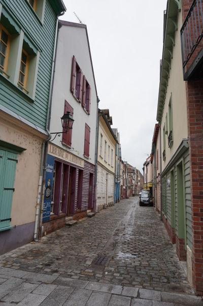 Veľmi malebná ulička Rue de Hocquet v Amiens, hneď pri katedrále