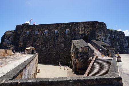 Mohutné hradby pevnosti El Morro