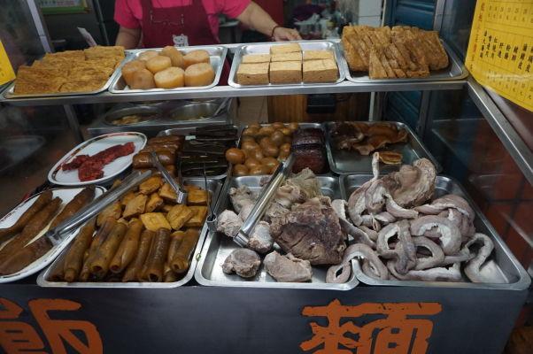 Na ulici Dihua v Tchaj-peji nebudete trpieť hladom - predáva sa tu kopec pochúťok, aj keď tieto našinca asi úplne neoslovia
