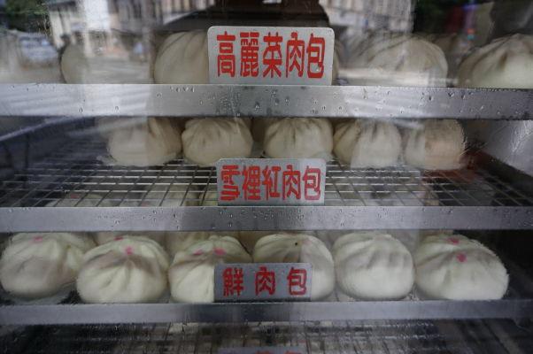Na ulici Dihua v Tchaj-peji nebudete trpieť hladom - predáva sa tu kopec pochúťok, vrátane týchto knedlíčkov