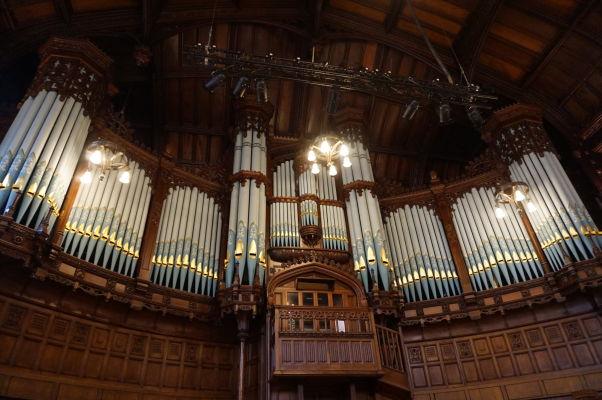 Nádherný organ veľkej sály radnice (Guildhall) severoírskeho mesta Londonderry