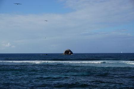 Osamelá skala pri pohľade z národného parku Pigeon Island