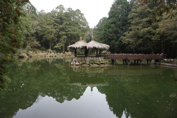 Elder Sister Pond (Rybník staršej sestry) v Ališane - jedno z jazierok Sister Ponds