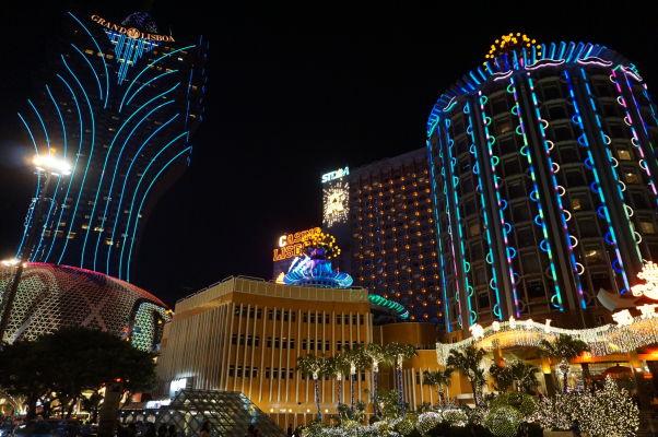 Kasína v centre Macaa - vľavo Grand Lisboa a vpravo Lisboa, najstaršie kasíno v Macau