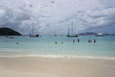Pláž a more v Cane Garden Bay