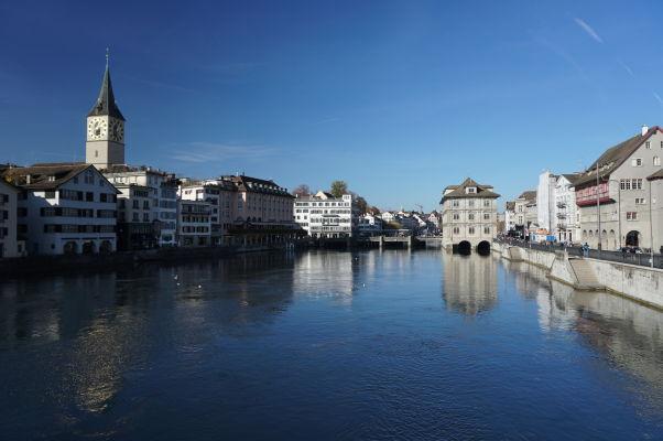 Nábrežná promenáda okolo rieky Limmat v Zürichu
