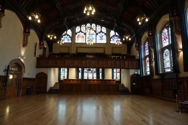 Veľká sála v radnici (Guildhall) severoírskeho mesta Londonderry